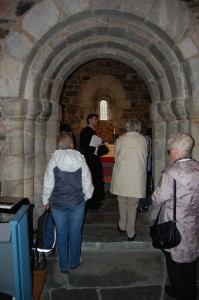 Flere historiske steder under valfarten. Her fra St. Jetmund kirke på Åheim
